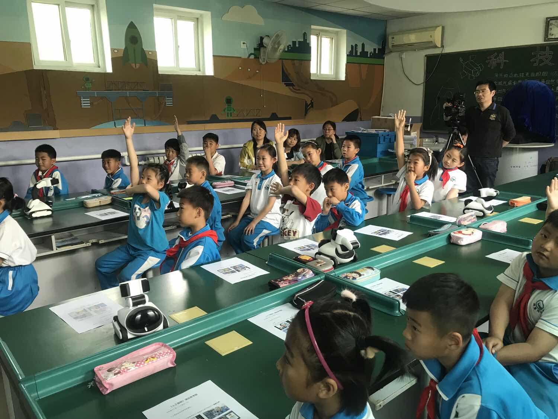 果力智能走进北京市中小学进行人工智能示范课