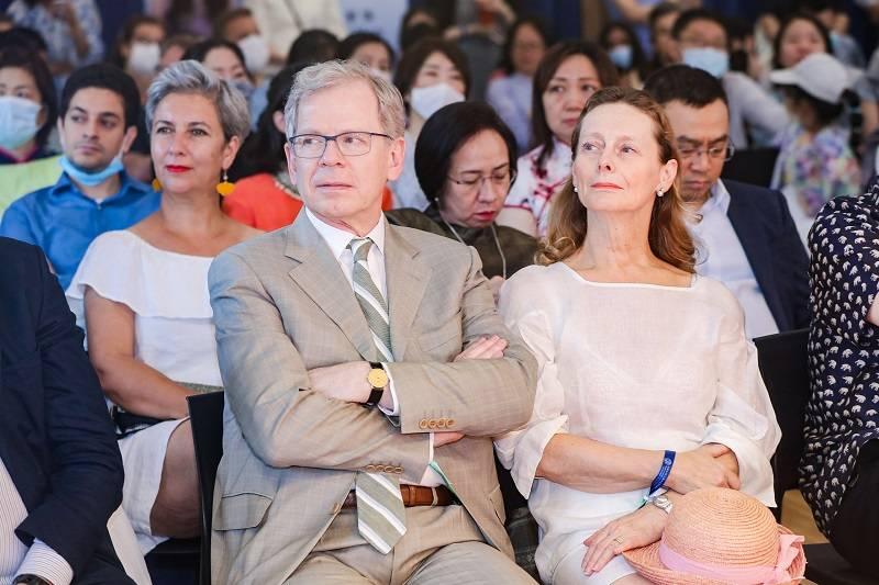 外国驻华大使及官员在现场体验苏州文化.jpg