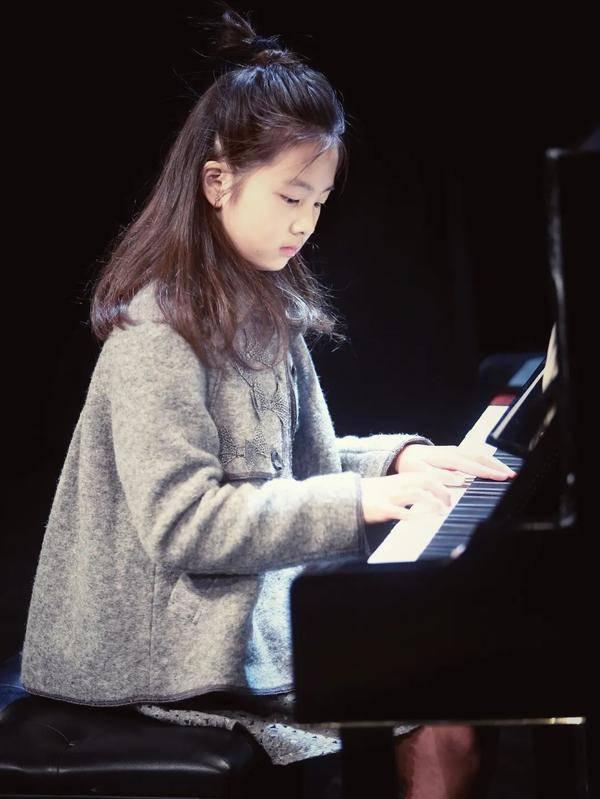 明星视角 I 从翻译到演员,从配音到模特,黄磊带女儿多多看社会的样子